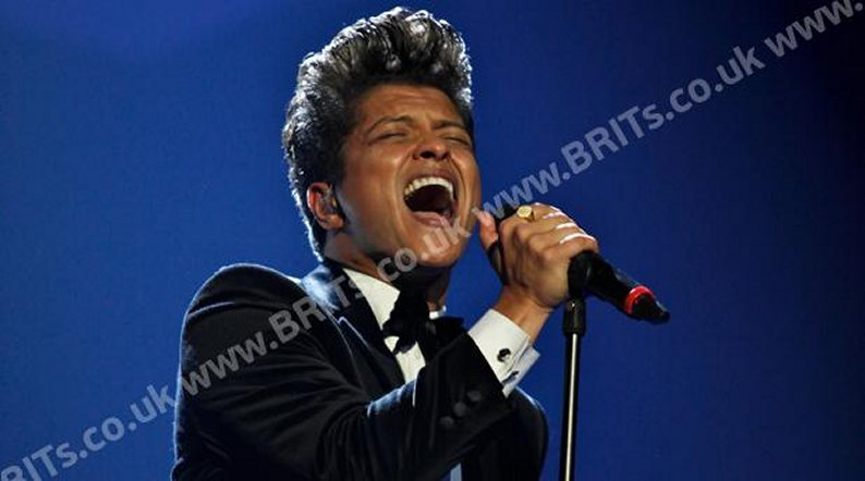Bruno Mars cantando en los Brit Awards (Foto: Brit Awards).
