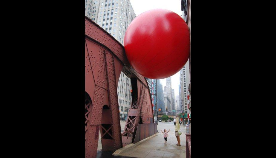 En el puente La Salle, en Chicago. (Foto: Red Ball Proyect)