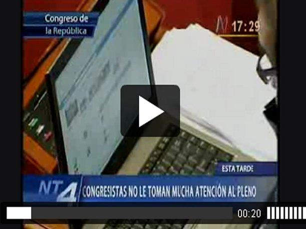 VIDEO: Congresistas revisan cuentas de Facebook y Twitter en pleno debate