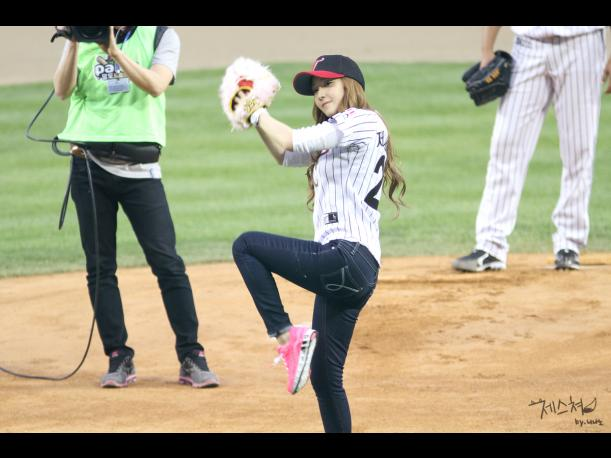 VIDEO: Jessica de Girls' Generation pasa vergüenza en un juego de Baseball