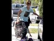 Justin Bieber es felicitado por golpear a un paparazzi en los MTV Movie Awards 2012