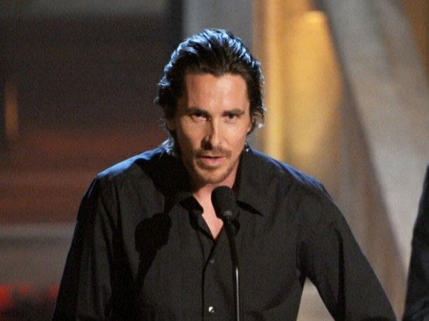 Christian Bale llora después de ver a Heath Ledger en la pantalla de los MTV Movie Awards