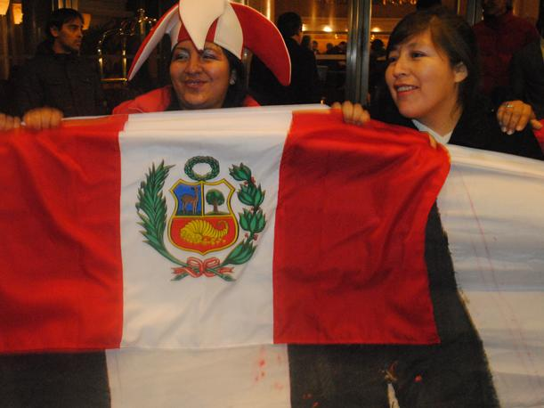 VIDEO: Hinchas peruanos recibieron a la Selecci&oacute;n en Montevideo