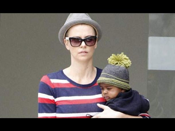&iexcl;Charlize Theron se rapa la cabeza!  