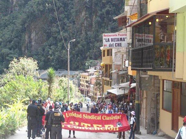 Cusco: Manifestantes del SUTEP intentaron impedir el paso a Aguas Calientes