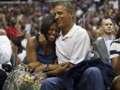 Barack Obama besó a su esposa en partido de baloncesto (VIDEO)