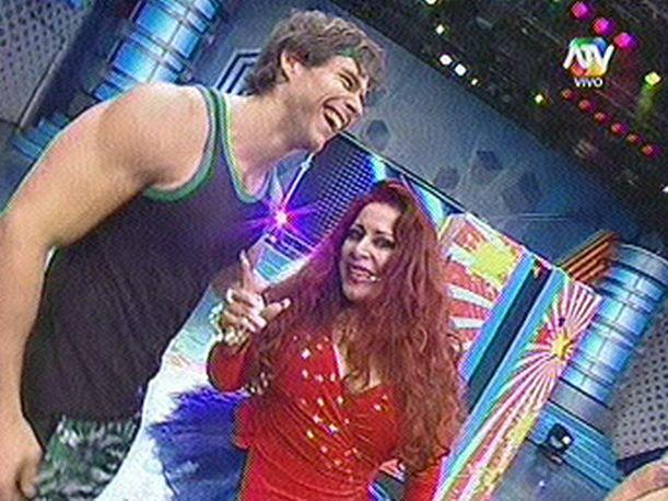 Combate: Monique Pardo sorprendi&oacute; a Miguel Arce por su cumplea&ntilde;os 