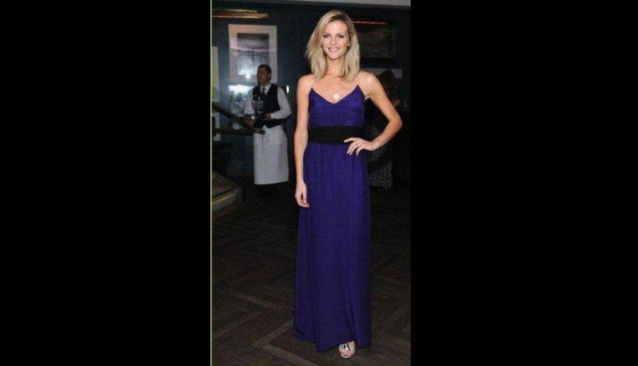 Brooklyn Decker en la Pre-Oscar Party con un maxi vestido berenjena de la colección otoño de 2012. (Facebook/ Ladies in Ladies in Holmes and Yang)