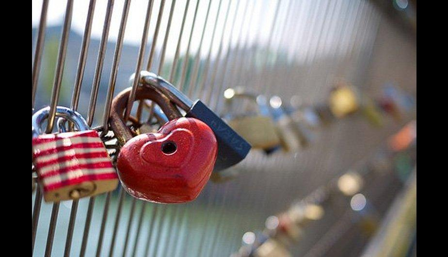Enamorados colocan candados en puentes de Par&iacute;s para prometerse amor eterno (FOTOS)