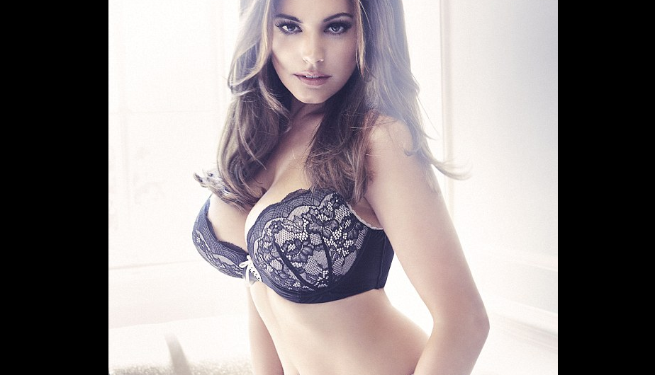Kelly Brook modela lo último en lencería de New Look (FOTOS)