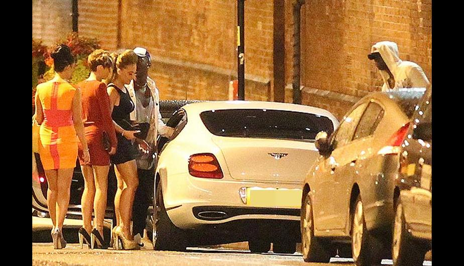Mario Balotelli &lsquo;ampayado&rsquo; de madrugada con tres bellas mujeres (FOTOS)