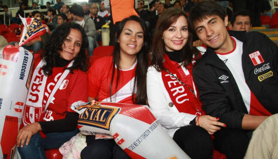 Hinchas alentaron con todo a Per&uacute; desde las tribunas (FOTOS)