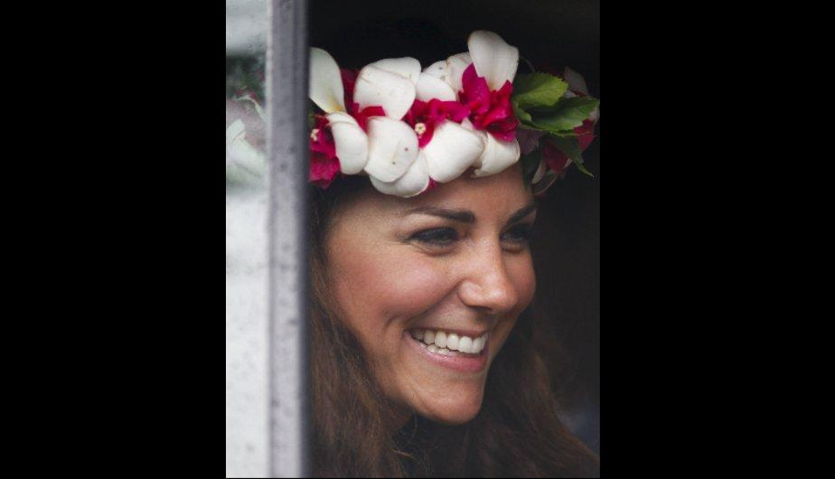 Kate Middleton aparece sonriente y elegante tras esc&aacute;ndalo de topless (FOTOS)