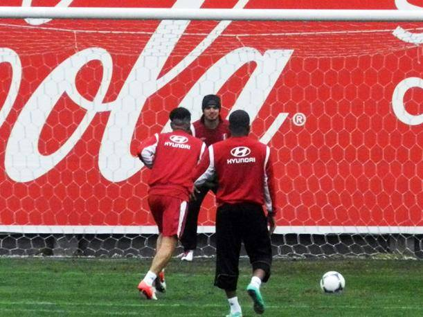 Paolo Guerrero y Juan Vargas ense&ntilde;an a Claudio Pizarro a patear penales (VIDEO)