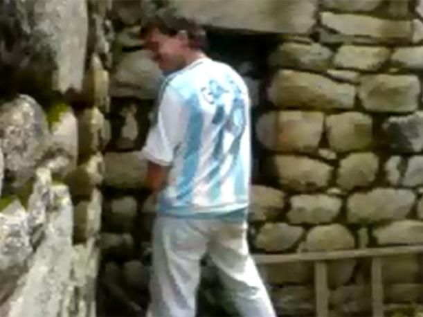 Indignante video en YouTube de hombre orinando en muro de Machu Picchu