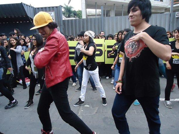 ¡Fans de Big Bang realizan flashmob en la puerta de su hotel! (VIDEO)