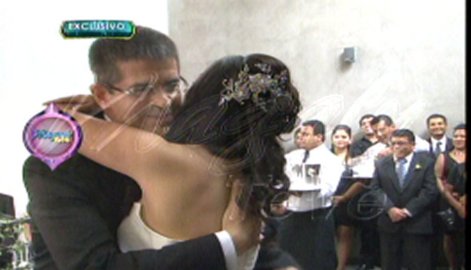 Tula Rodríguez y Javier Carmona lucieron felices en su ceremonia civil (Foto: Captura de TV).