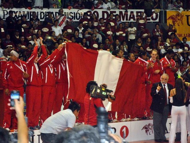 Perú en el podio, recibiendo la medalla de oro en vóley (VIDEO)