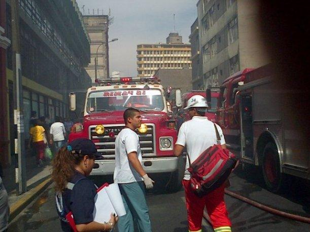 Centro de Lima: Incendio de regular proporci&oacute;n consume vivienda en jir&oacute;n Quilca