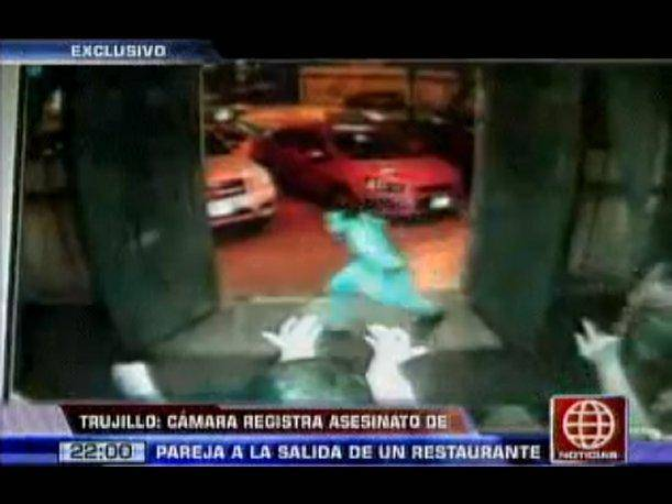Trujillo: Cámara registra homicidio de pareja a la salida de un restaurante (VIDEO)