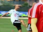 Pep Guardiola agarra a patadas a Arjen Robben (VIDEO)