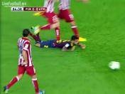 Terrible pisotón de Diego Godín a Dani Alves en la espalda (VIDEO)
