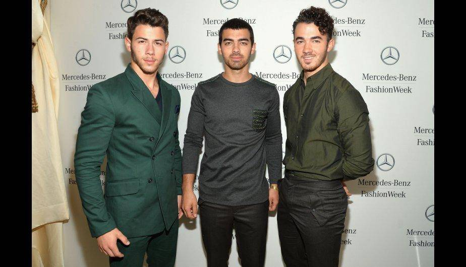 Jonas Brothers llegan a Nueva York para el Mercedes Benz Fashion Week. (Foto: Getty Images)
