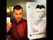 Chris O'Donnell posa con el guión de Justin Bieber para Superman Vs. Batman