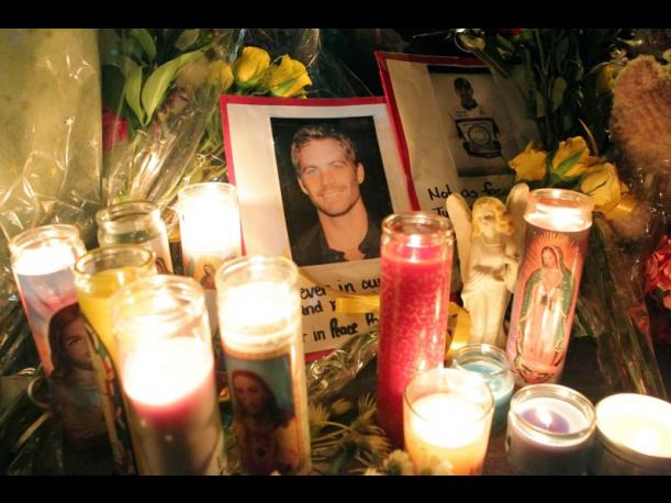Paul Walker: Fanáticos rinden homenaje al actor en el lugar de su accidente (FOTOS)