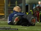 Técnico del Copenhague pasó vergonzoso momento en pleno partido (VIDEO)