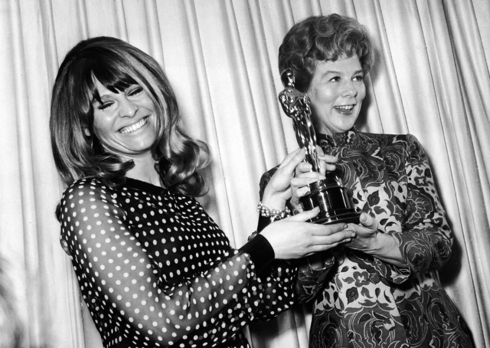 Julie Christie y Wendy Hiller durante la premiación de 1964 (Getty Images)