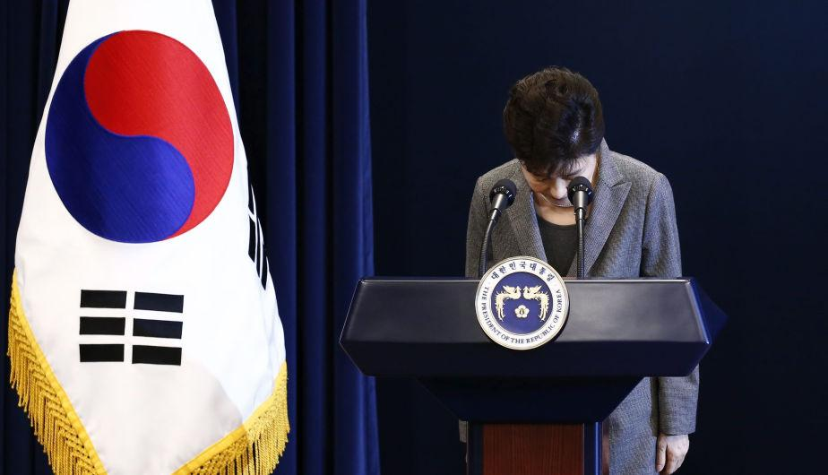 Park apologized on national TV three times, but it didn't help her approval ratings, which dropped to record low 4 percent (Source: EFE)