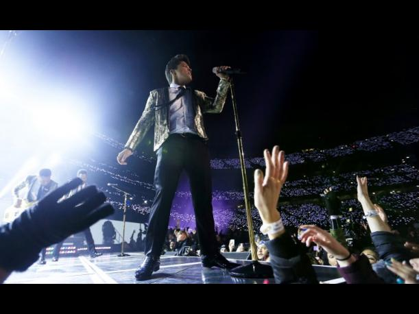 Bruno Mars calienta el Super Bowl a ritmo de soul y rock