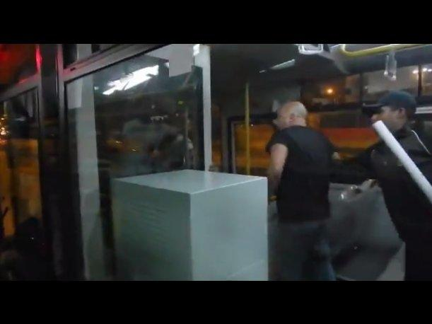 El Metropolitano Pasajeros insultan y agreden a chofer de bus (VIDEO)