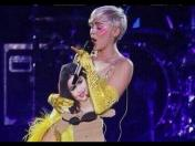 Miley Cyrus se burla de Selena Gómez en su concierto (VIDEO)