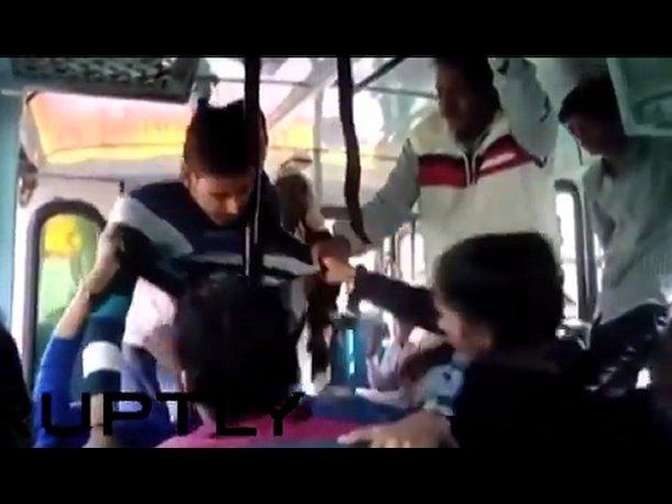 India Hermanas golpean a sujetos que las acosaban dentro de bus