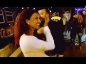 Real Madrid: Cristiano Ronaldo coquetea con bella fan (VIDEO)