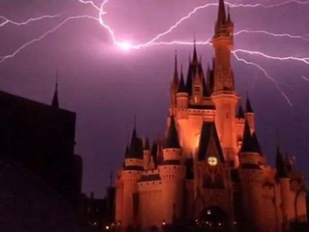 Gozaban del show. Rayo impactó sobre castillo de Disney (VIDEO)