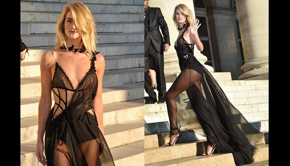 Rosie Huntington-Whiteley, casi desnuda en el desfile de Versace. (Foto: Getty Images)