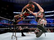 WWE: The Dudley Boyz aplastó contra sus mesas a The New Day