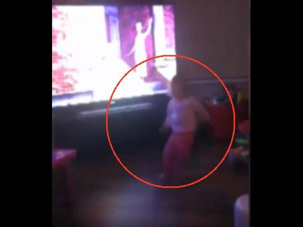 YouTube ¿Fantasma empujó a esta bebé? Este video te sorprenderá