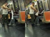 Facebook: joven le regala su camiseta a mendigo en tren (VIDEO)