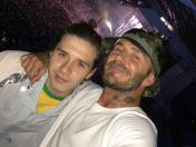 David Beckham y su hijo Brooklyn disfrutan de concierto de Noel Gallagher