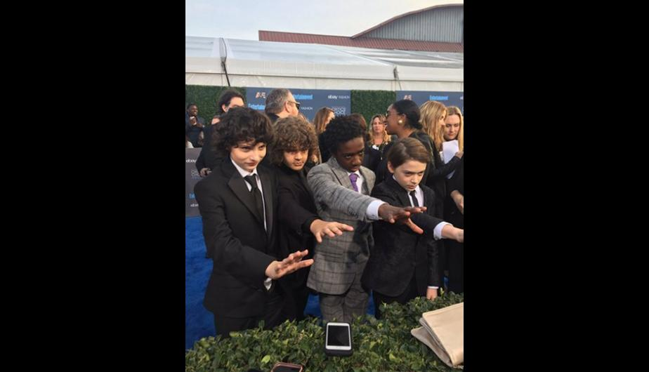 Elenco de Stranger Things durante la alfombra azul de los Critics Choice Awards. (Foto: Twitter)