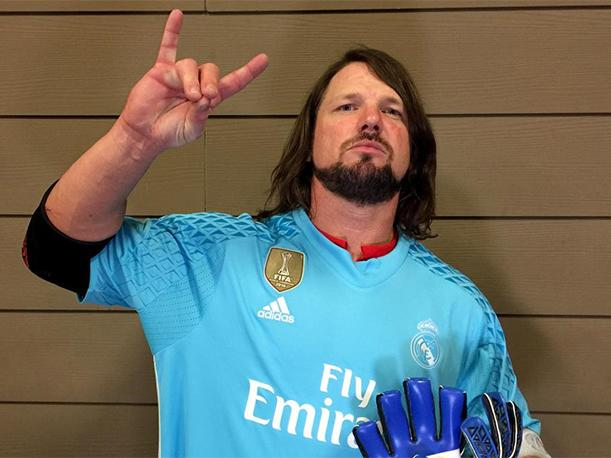 WWE  AJ Styles recibió la camiseta del Real Madrid y guantes de Keylor Navas  como regalo - Video  43df71f7b1b