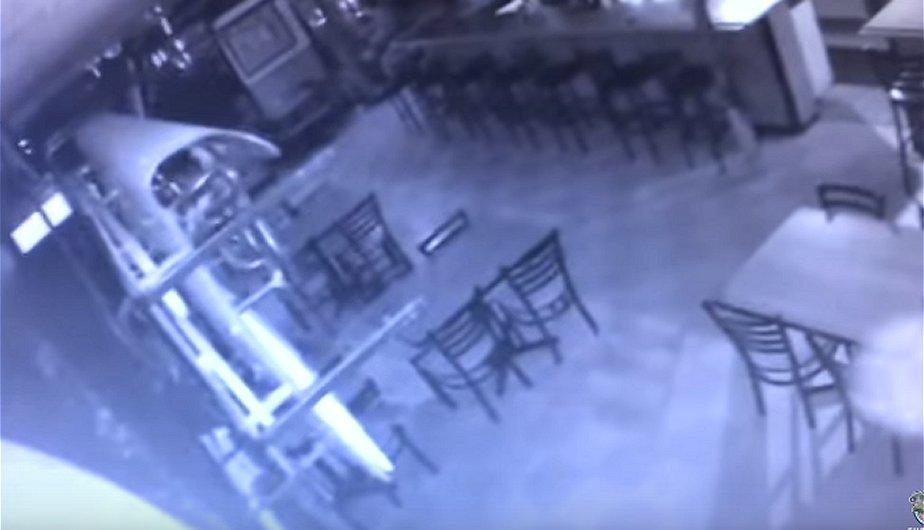 Un video grabado por la cámara de seguridad del local muestra algo misterioso. (Foto: Captura)