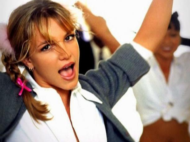 "Britney Spears causa revuelo en Instagram al usar el look de ""Baby One More Time"""
