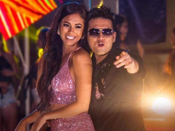 Deyvis Orozco mira su video musical con Jazmín Pinedo