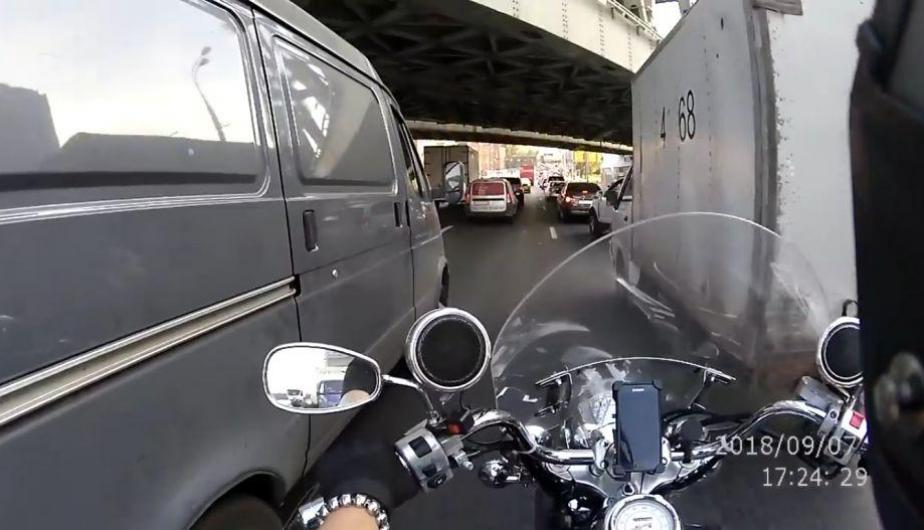 Un video protagonizado por un motociclista se ha hecho viral en YouTube. (Captura)