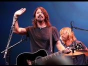 Foo Fighters sorprende a fan en su cumpleaños número 70